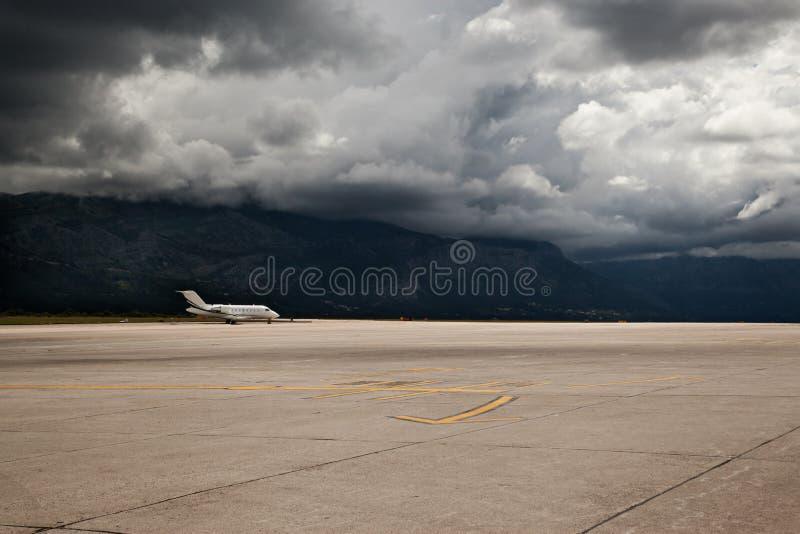 Vliegtuig dat bij de luchthaven wordt geparkeerd stock foto