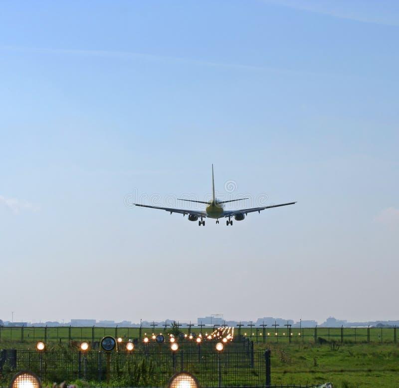 Vliegtuig dat bij luchthaven landt stock fotografie