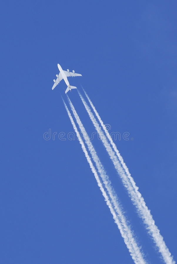 Vliegtuig dat in blauwe hemel vliegt royalty-vrije stock fotografie