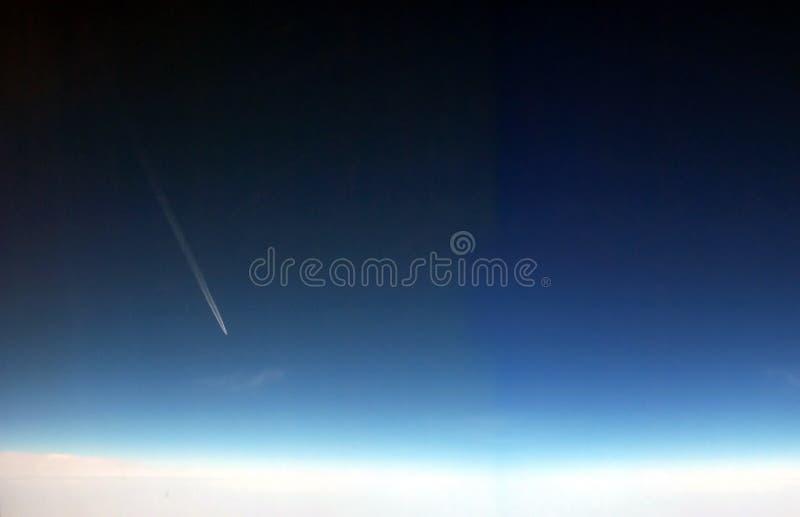 Vliegtuig dat hoge alttitude vliegt royalty-vrije stock afbeelding