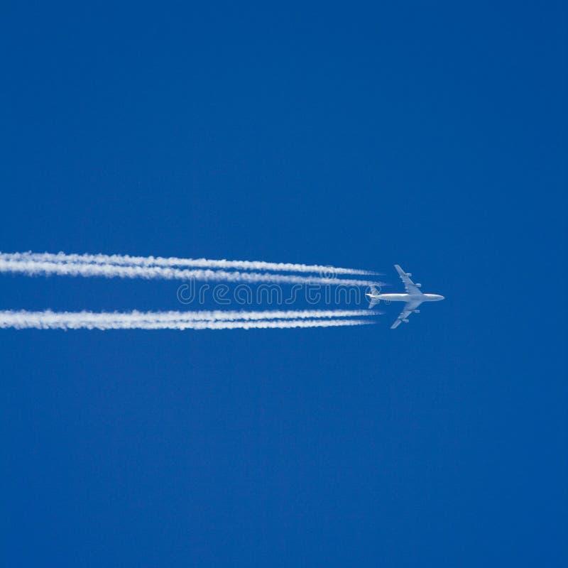Vliegtuig dat hoog vliegt royalty-vrije stock afbeeldingen