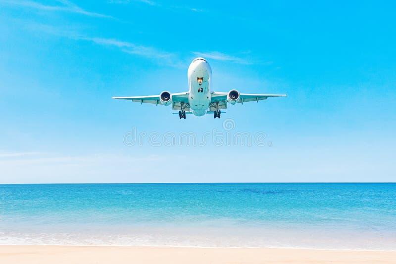 Vliegtuig dat over de oceaan landt stock fotografie
