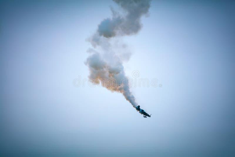 Vliegtuig dat valt met rook die uit de motor komt royalty-vrije stock afbeelding
