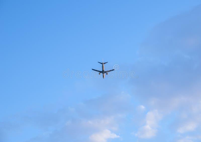 Vliegtuig in de blauwe hemel stock foto