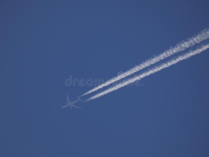 Vliegtuig in de blauwe hemel royalty-vrije stock foto's