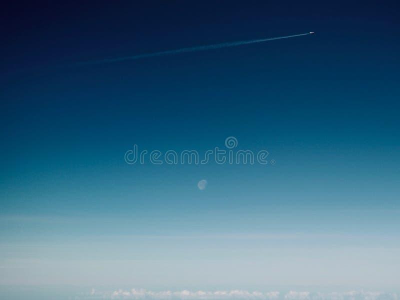 Vliegtuig in de hemel royalty-vrije stock foto's
