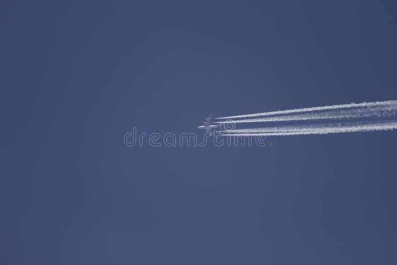 Vliegtuig in de hemel royalty-vrije stock afbeeldingen