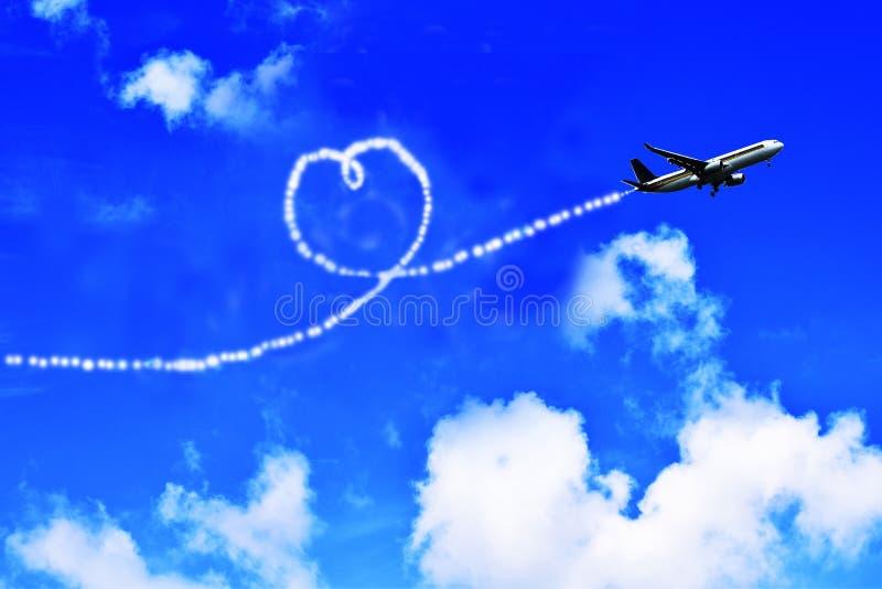 Vliegtuig in de hemel en de hart-vormige wolken stock afbeeldingen