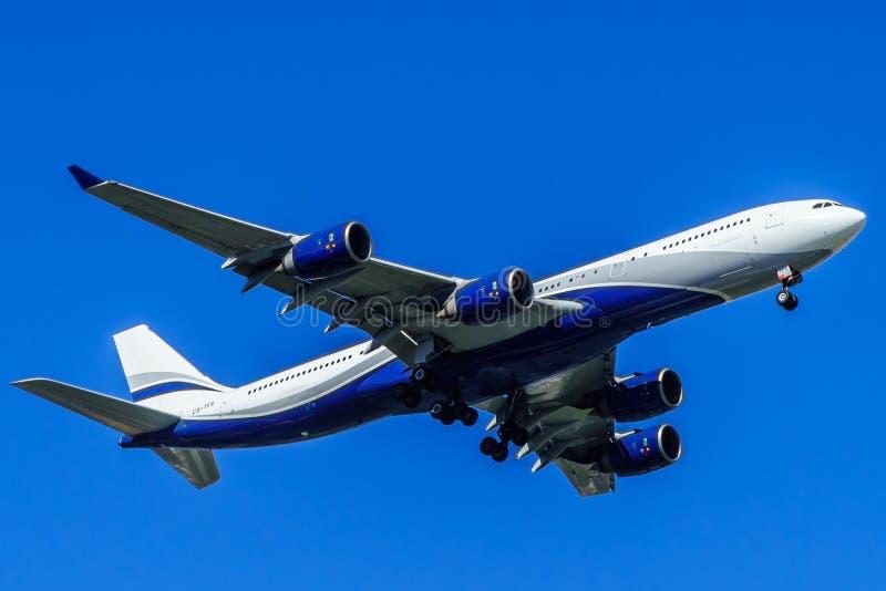 Vliegtuig in de lucht over Lissabon portugal royalty-vrije stock fotografie
