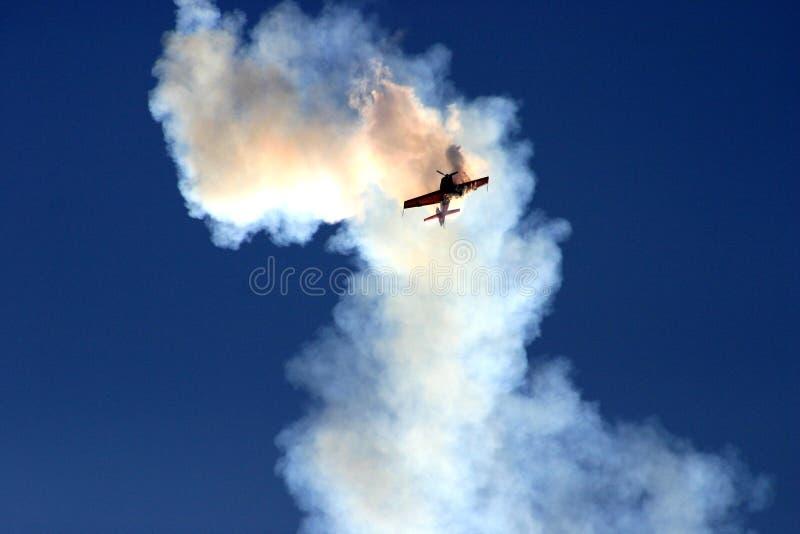 Vliegtuig in de rookwolk royalty-vrije stock afbeelding