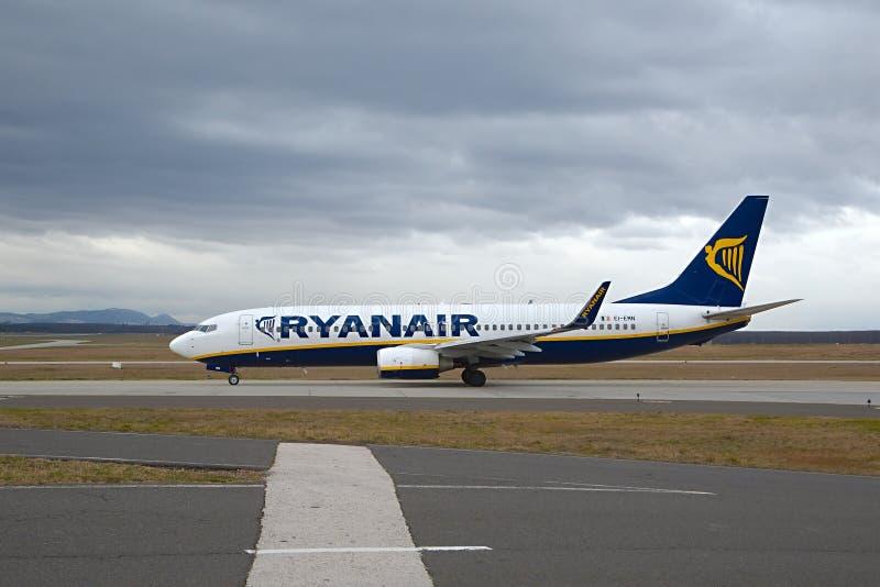 Vliegtuig die bij luchthaven taxi?en stock foto