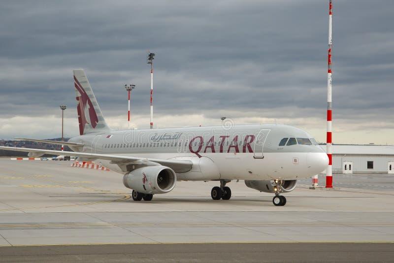 Vliegtuig die bij luchthaven taxi?en royalty-vrije stock afbeeldingen