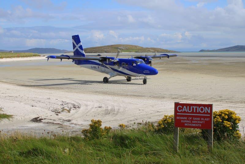 Vliegtuig die bij strandluchthaven aankomen stock foto's