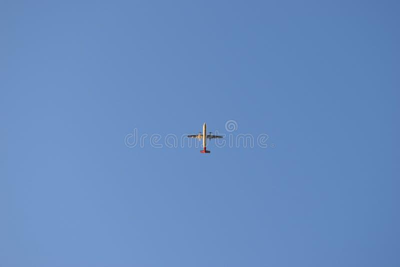 Vliegtuig die boven overgaan stock foto