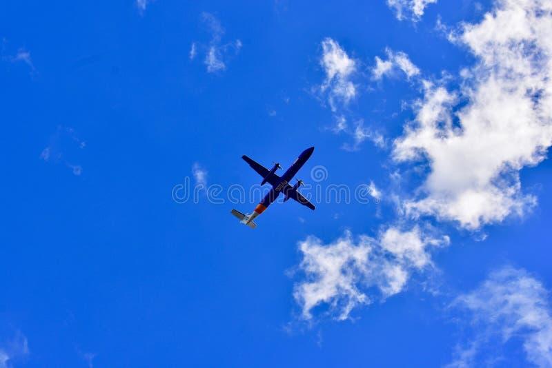 Vliegtuig die door de wolken vliegen stock afbeelding