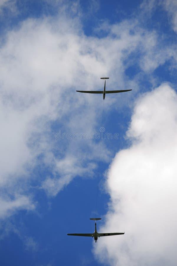 Vliegtuig die een Zweefvliegtuig op Blauwe Hemel slepen royalty-vrije stock fotografie