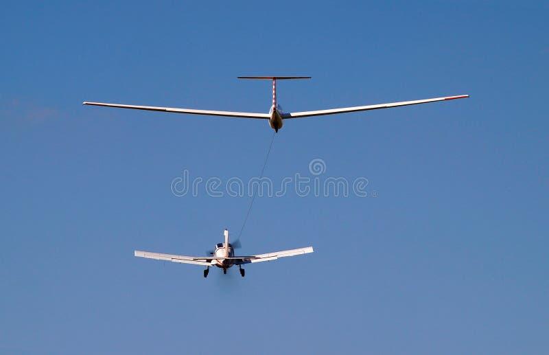 vliegtuig die een zweefvliegtuig slepen stock afbeelding