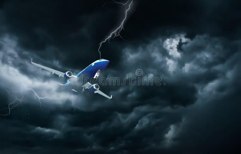 Vliegtuig die en in onweer vliegen landen royalty-vrije stock afbeelding