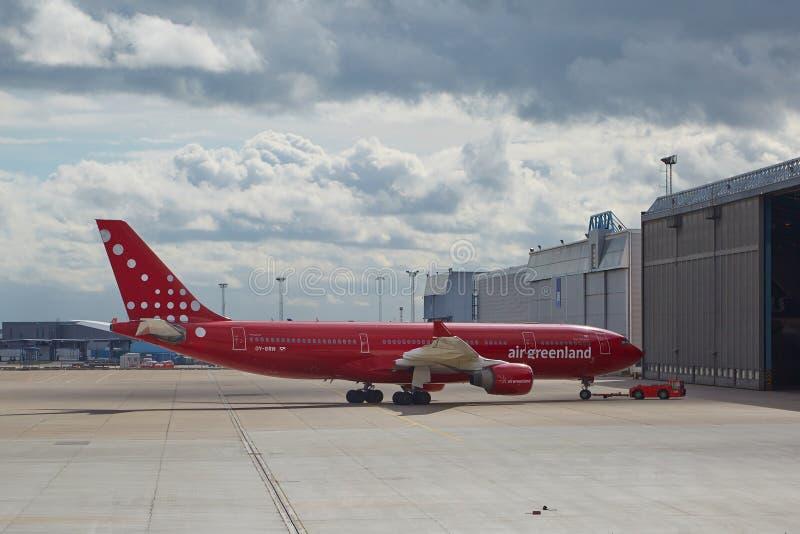 Vliegtuig die het de hangaar gaan royalty-vrije stock foto