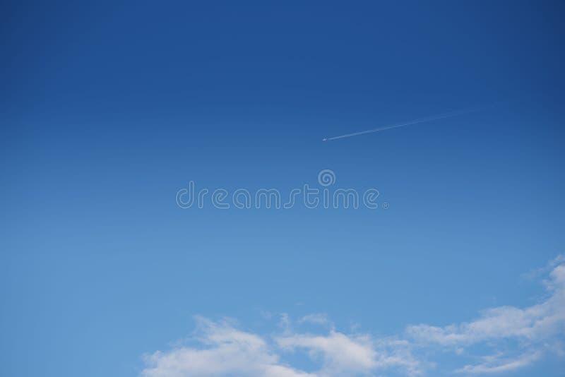 Vliegtuig die hoog in de hemel vliegen stock foto