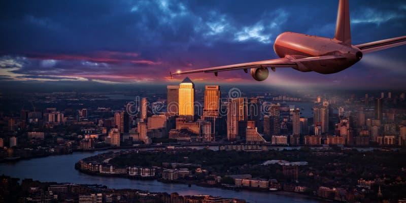 Vliegtuig die jetliner boven bedrijfsdistrict van Londen vliegen stock afbeeldingen