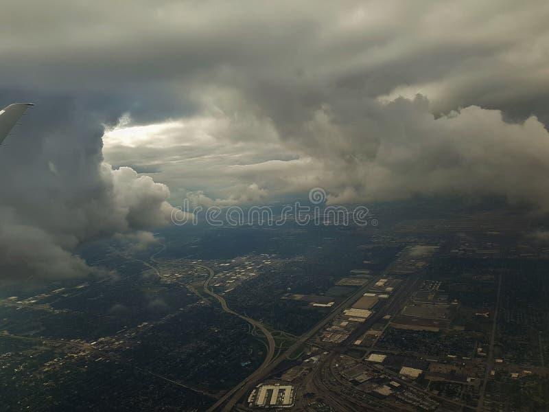 Vliegtuig die met bewolkte hemel van start gaan royalty-vrije stock foto