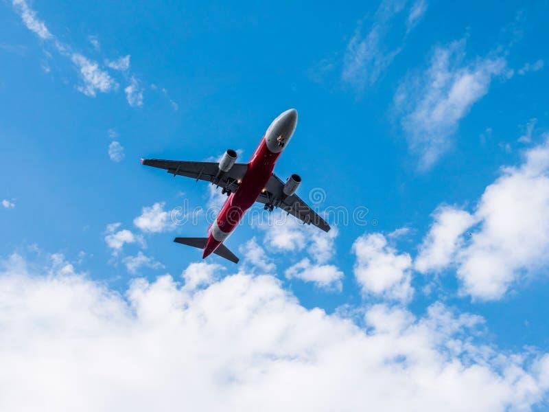 Vliegtuig die op blauwe hemel vliegen stock foto's