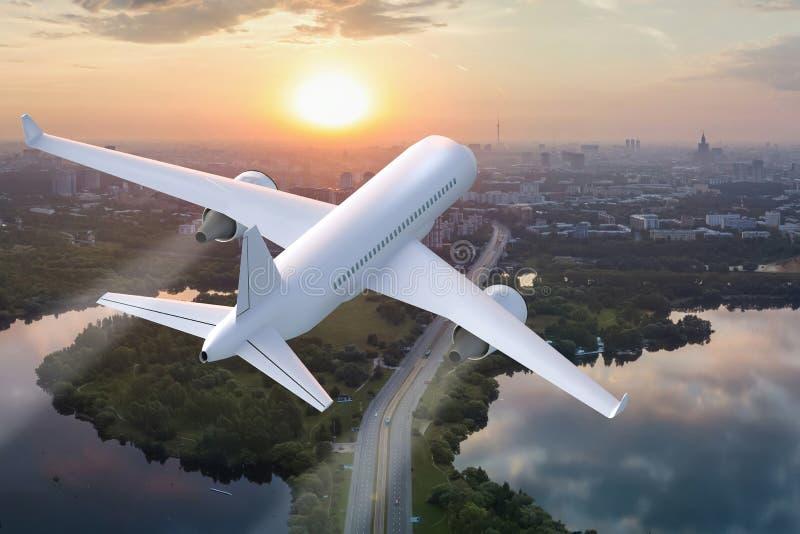 Vliegtuig die op de achtergrond van de stad bij zonsondergang van start gaan royalty-vrije stock afbeeldingen