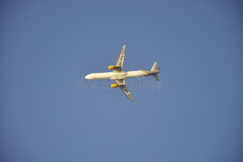 Vliegtuig die op de blauwe hemel vliegen stock foto
