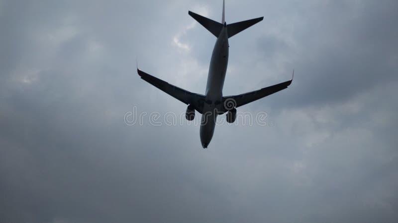 Vliegtuig die op een bewolkte dag landen royalty-vrije stock afbeelding