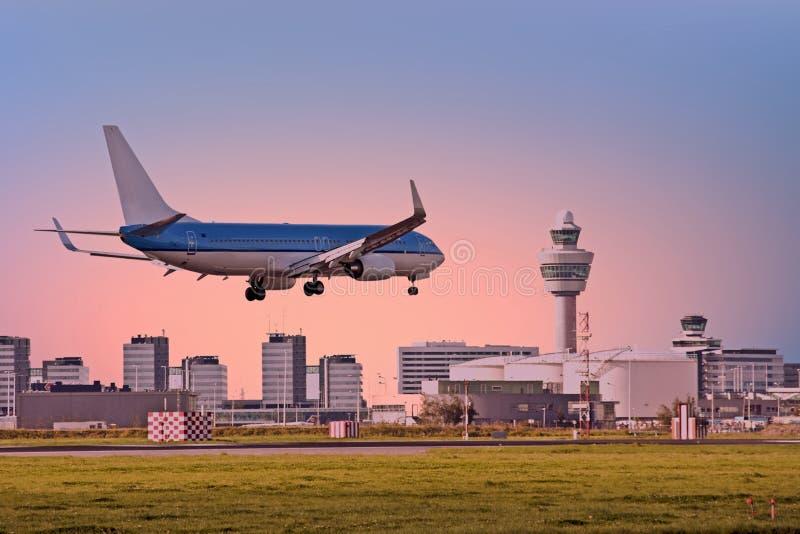 Vliegtuig die op Schiphol luchthaven in Amsterdam Nederland landen stock afbeeldingen