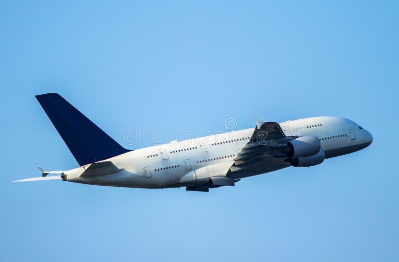 Vliegtuig die op thie blauwe hemel opstijgen royalty-vrije stock afbeelding