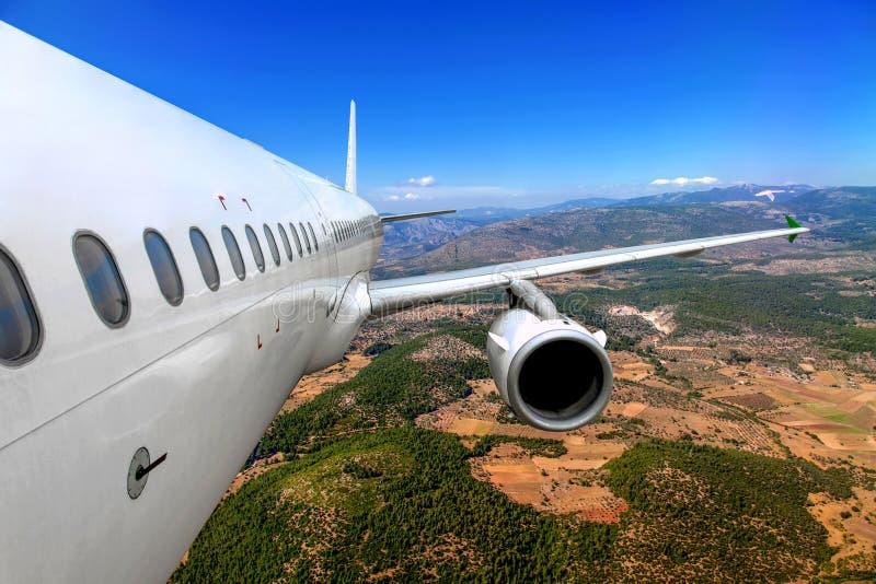 Vliegtuig die over de grond vliegen stock afbeeldingen
