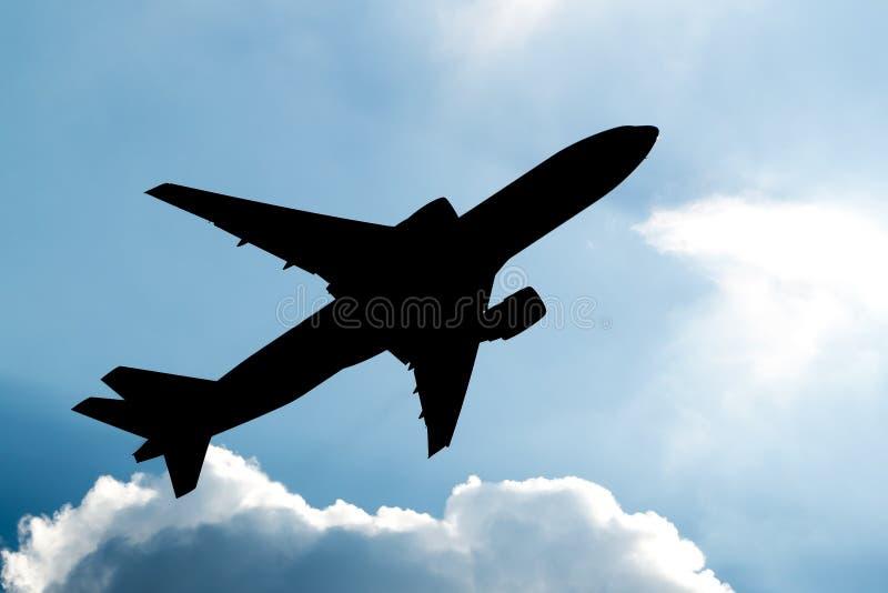 Vliegtuig die silhouet opstijgen royalty-vrije stock foto