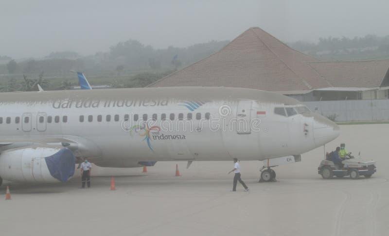 Vliegtuig door vulkanische as van onderstel kelud uitbarsting die wordt behandeld royalty-vrije stock foto