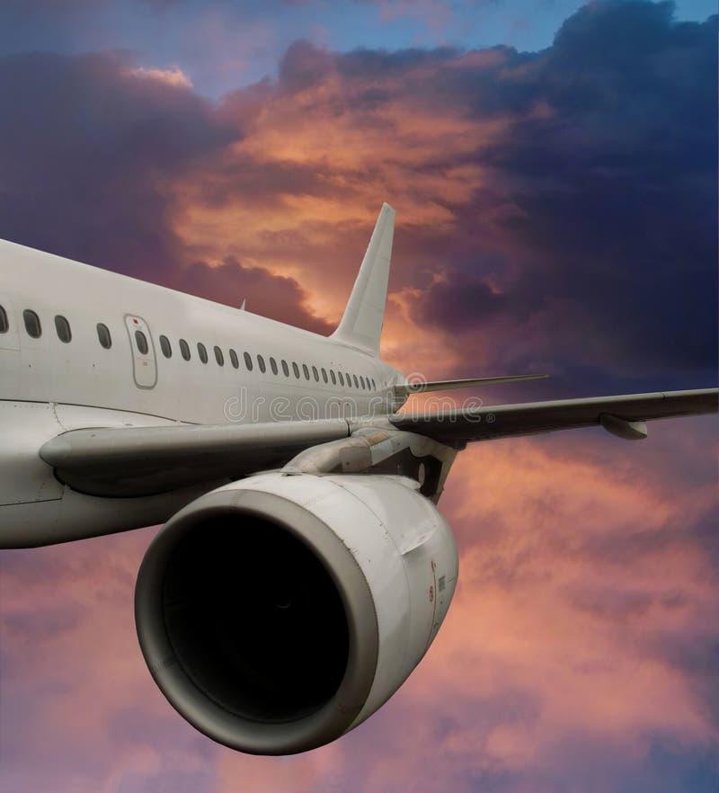 Vliegtuig in dramatische hemel. stock afbeeldingen