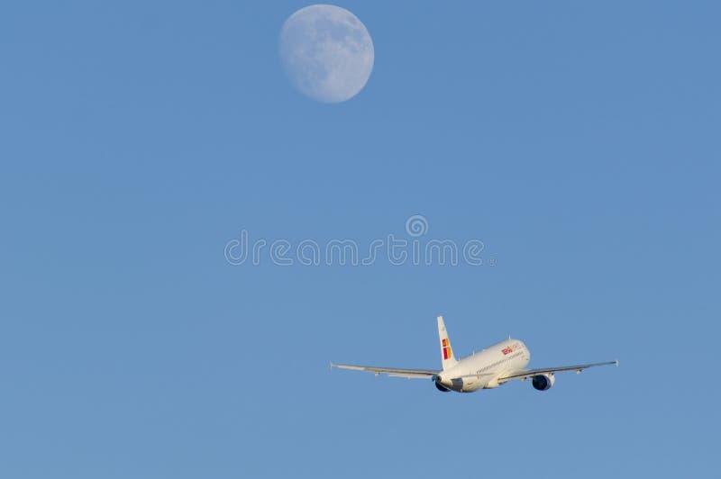 Vliegtuig en de maan stock fotografie
