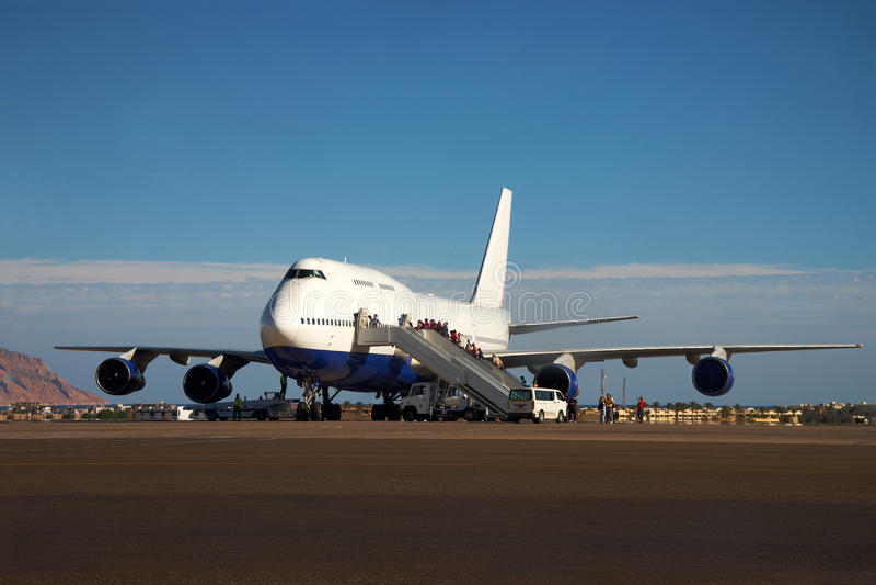Vliegtuig en passagiers het inschepen stock fotografie