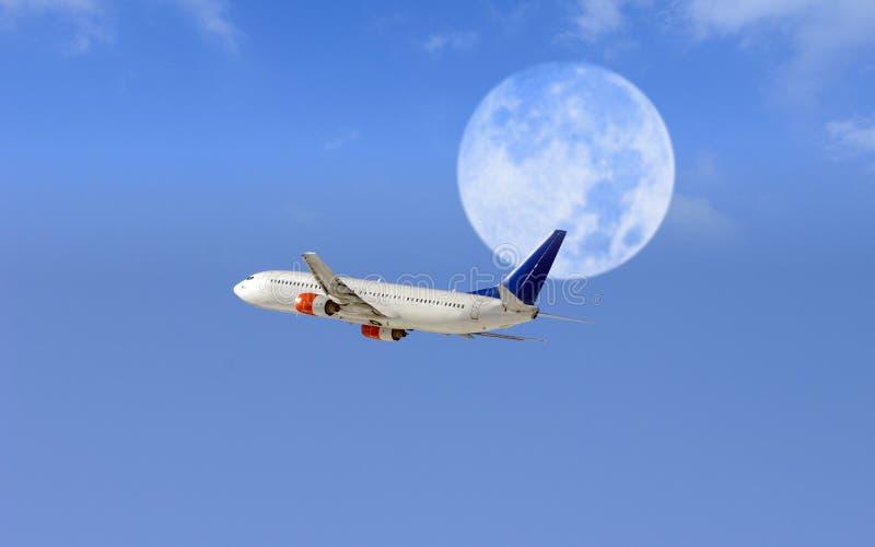 Vliegtuig en vroege avondmaan royalty-vrije stock foto's