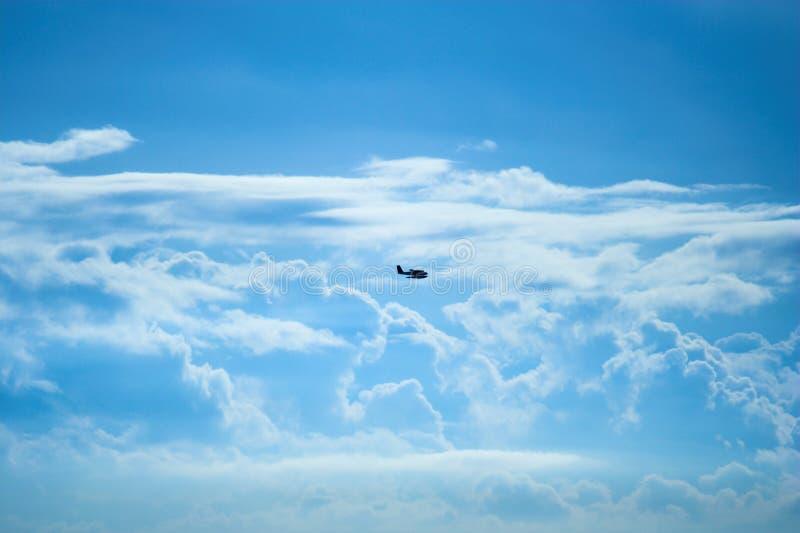 Vliegtuig en wolken royalty-vrije stock afbeelding