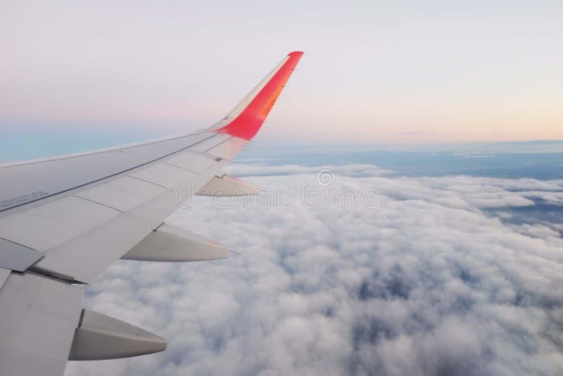 Vliegtuig en Wolken royalty-vrije stock foto