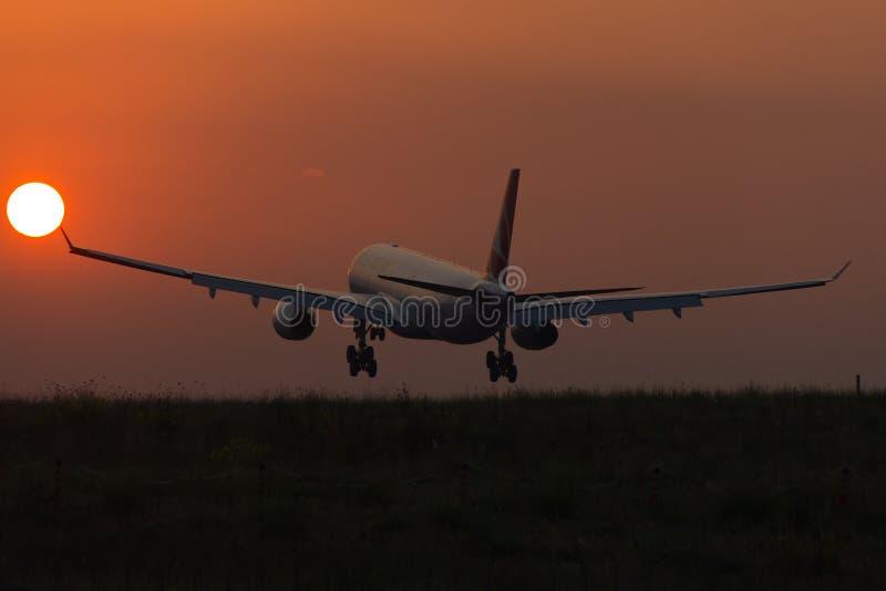 Vliegtuig en zon stock afbeelding