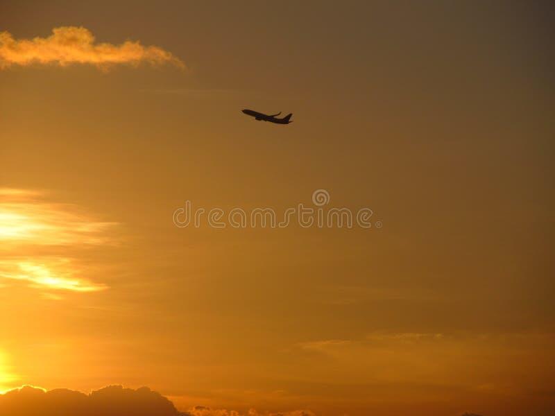 Vliegtuig en zonsondergang royalty-vrije stock foto's