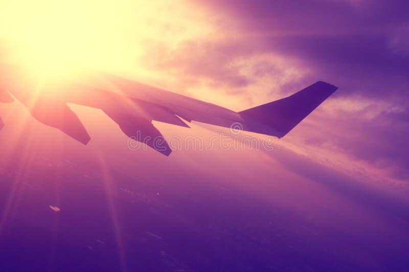 Vliegtuig en zonsondergang royalty-vrije stock afbeeldingen