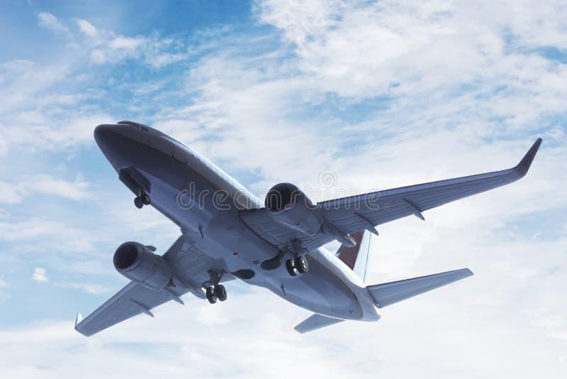 Vliegtuig het opstijgen. Een groot passagier of ladingsvliegtuig, luchtvaartlijn het vliegen. Vervoer stock foto's