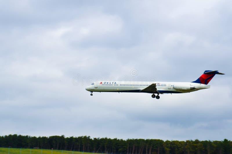 Vliegtuig het Vliegen (Delta Airlines) stock afbeeldingen