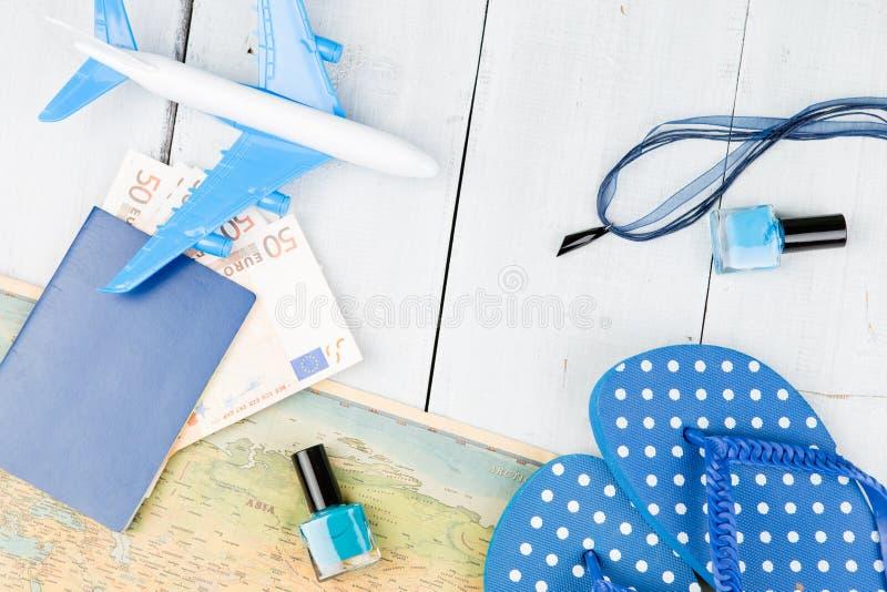 vliegtuig, kaart, paspoort, geld, ploffen en andere toebehoren stock afbeeldingen