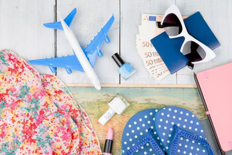 vliegtuig, kaart, paspoort, geld, zonnebril, ploffen en andere accesso stock foto's