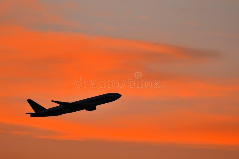 Vliegtuig met mooie zonsondergang stock foto