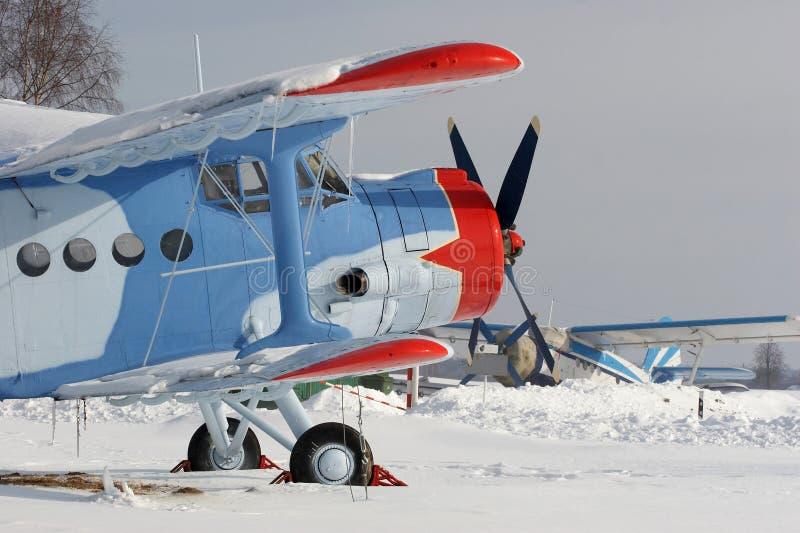 Vliegtuig met rode ster op de sneeuw stock foto